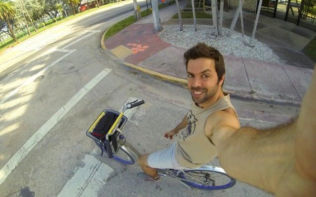 berna andando bicicleta por miami