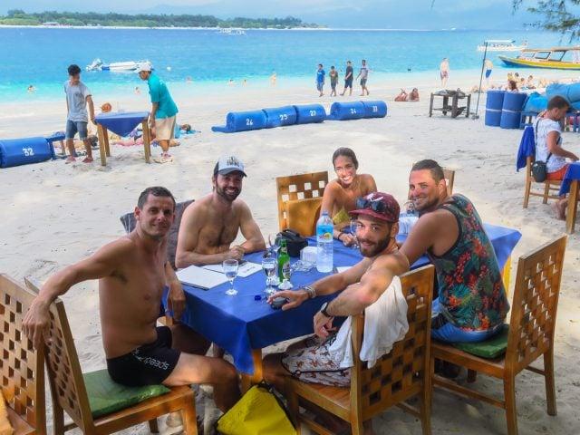 comiendo gili islands playa indonesia