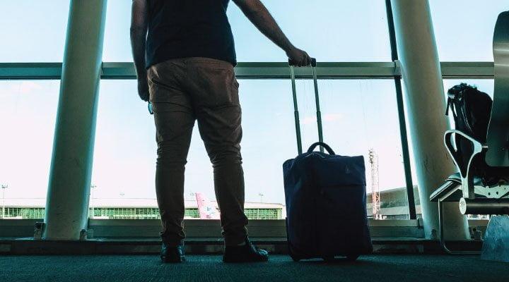hombre viaje aeropuerto