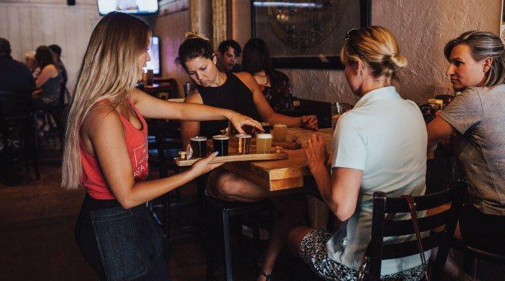 mujer camarera bar