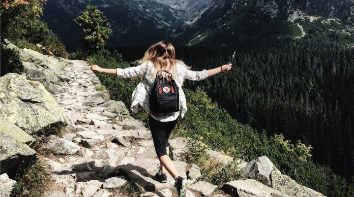 chica viaje naturaleza